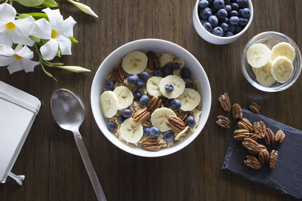 Banana con cereali e yogurt