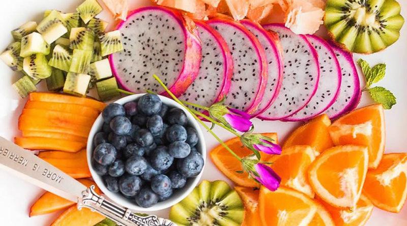 Piatto con frutta a pezzettini