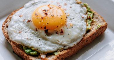 Uovo su fetta di pane