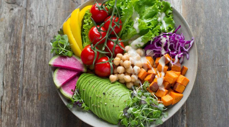 Corretta alimentazione: piatto di ortaggi vari