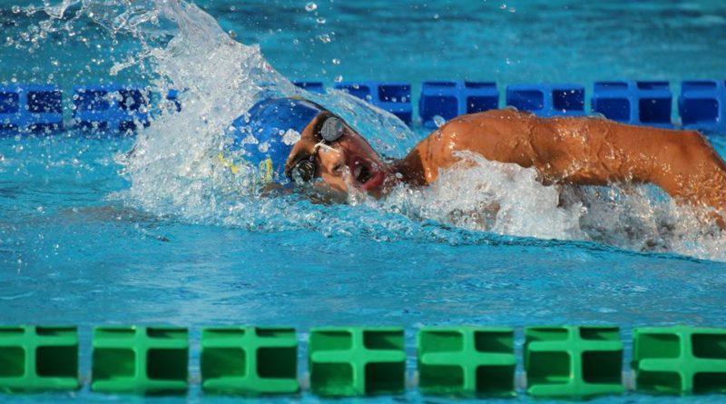 Nuotatore in allenamento in vasca